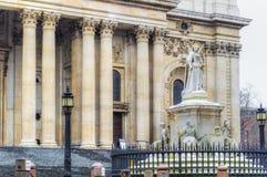 Μνημείο της βασίλισσας Anne μπροστά από τον καθεδρικό ναό του ST Paul, Λονδίνο Στοκ φωτογραφία με δικαίωμα ελεύθερης χρήσης