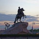 Μνημείο του Peter ο πρώτος σε Άγιο Πετρούπολη, Ρωσία Ηλιοβασίλεμα κατά τη διάρκεια των άσπρων νυχτών Στοκ Εικόνα