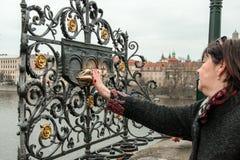 Μνημείο του ST John Nepomuk στη γέφυρα του Charles, Πράγα Στοκ φωτογραφία με δικαίωμα ελεύθερης χρήσης