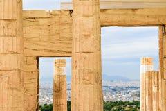 Μνημειακές πύλες Propylaea στην ακρόπολη στην Αθήνα στοκ εικόνες