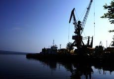 Μνημειακοί γερανοί στο ηλιοβασίλεμα σκάφος λιμένων στοκ φωτογραφία με δικαίωμα ελεύθερης χρήσης