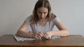 Μοδίστρα που εργάζεται στο πρόγραμμά της απόθεμα βίντεο