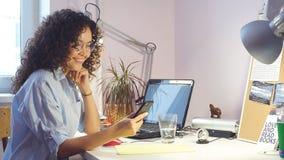 Μοδίστρα που στέλνει τα μηνύματα εργαζόμενη στο στούντιο σχεδίου απόθεμα βίντεο