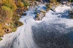 Μολυσμένος ποταμός, αφρός στη τοπ άποψη επιφάνειας νερού στοκ φωτογραφία
