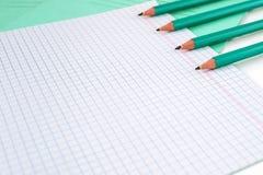 Μολύβια δίπλα στο σχολικό σημειωματάριο στοκ φωτογραφία με δικαίωμα ελεύθερης χρήσης