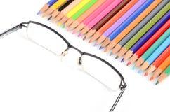 Μολύβια και γυαλιά χρώματος στοκ εικόνες