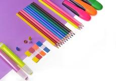 μολύβια και στυλοί νέου σε μωβ χαρτί και το λευκό στοκ φωτογραφίες με δικαίωμα ελεύθερης χρήσης