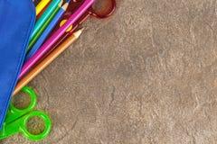 Μολύβια χρωματισμού που ανατρέπουν προς μια φυσική πέτρα worktop Στοκ εικόνες με δικαίωμα ελεύθερης χρήσης