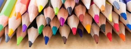 Μολύβια χρώματος και πίσω στο σχολικό τίτλο Στοκ εικόνα με δικαίωμα ελεύθερης χρήσης