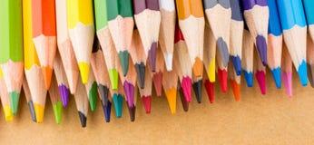 Μολύβια χρώματος και πίσω στο σχολικό τίτλο Στοκ φωτογραφία με δικαίωμα ελεύθερης χρήσης
