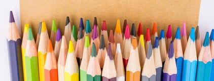 Μολύβια χρώματος και πίσω στο σχολικό τίτλο Στοκ Εικόνες