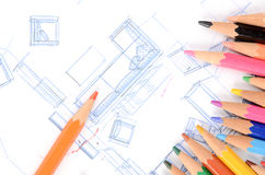 Μολύβια χρώματος και σχεδιάγραμμα σπιτιών στοκ εικόνα με δικαίωμα ελεύθερης χρήσης