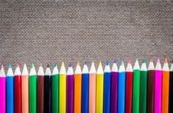 Μολύβια χρώματος στον ξύλινο πίνακα Στοκ εικόνα με δικαίωμα ελεύθερης χρήσης