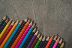 Μολύβια χρώματος στο γκρίζο υπόβαθρο Στοκ φωτογραφία με δικαίωμα ελεύθερης χρήσης