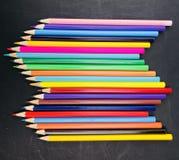 Μολύβια χρώματος στο σκοτεινό πίνακα κιμωλίας Στοκ φωτογραφία με δικαίωμα ελεύθερης χρήσης