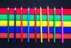 Μολύβια χρώματος στο χρωματισμένο υπόβαθρο Στοκ εικόνες με δικαίωμα ελεύθερης χρήσης