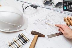 Μολύβι εκμετάλλευσης αρχιτεκτόνων ή μηχανικών έννοιας που δείχνει τους αρχιτέκτονες εξοπλισμού Στο γραφείο με ένα σχεδιάγραμμα στ Στοκ φωτογραφία με δικαίωμα ελεύθερης χρήσης
