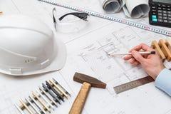 Μολύβι εκμετάλλευσης αρχιτεκτόνων ή μηχανικών έννοιας που δείχνει τους αρχιτέκτονες εξοπλισμού Στο γραφείο με ένα σχεδιάγραμμα στ Στοκ φωτογραφίες με δικαίωμα ελεύθερης χρήσης