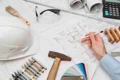 Μολύβι εκμετάλλευσης αρχιτεκτόνων ή μηχανικών έννοιας που δείχνει τους αρχιτέκτονες εξοπλισμού Στο γραφείο με ένα σχεδιάγραμμα στ Στοκ Φωτογραφία