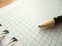 Μολύβι με τη σπασμένη άκρη σε κενό χαρτί  απογοήτευση Στοκ Φωτογραφία