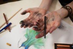 Μολύβι ξυλάνθρακα εκμετάλλευσης γυναικών Στοκ φωτογραφία με δικαίωμα ελεύθερης χρήσης