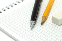 μολύβι πεννών σημειωματάρι&o Στοκ Εικόνες