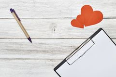 Μολύβι σημειωματάριων και έγγραφο δύο κόκκινο καρδιών Στοκ φωτογραφίες με δικαίωμα ελεύθερης χρήσης