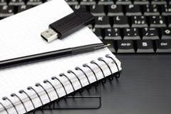 μολύβι σημειωματάριων πλη Στοκ φωτογραφία με δικαίωμα ελεύθερης χρήσης