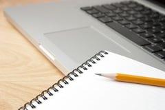 μολύβι σημειωματάριων lap-top υ Στοκ φωτογραφία με δικαίωμα ελεύθερης χρήσης
