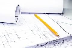 Μολύβι στα σχέδια με τα σχέδια στοκ εικόνες