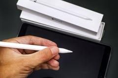 Μολύβι της Apple στο ανθρώπινο χέρι με τη Apple iPad υπέρ 10 5 και μολύβι Στοκ φωτογραφίες με δικαίωμα ελεύθερης χρήσης