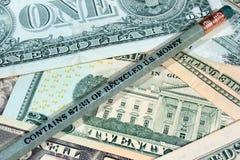 Μολύβι φιαγμένο από ανακυκλωμένο U S αφηρημένο δολάριο τραπεζογραμματίων ανασκόπησης οικονομικό Στοκ εικόνα με δικαίωμα ελεύθερης χρήσης