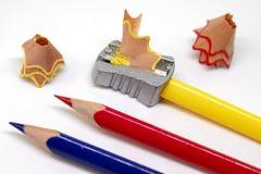 Μολύβι χρώματος και sharpener πρισμάτων μακρο φωτογραφία στο άσπρο υπόβαθρο Σχεδιασμός ως πρότυπο εμβλημάτων χόμπι στοκ φωτογραφίες με δικαίωμα ελεύθερης χρήσης