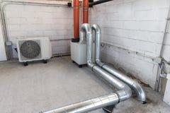 Μονάδα διατήρησης σταθερής θερμοκρασίας για το σύστημα μηχανικού εξαερισμού και αντλία θερμότητας για τον κλιματισμό στοκ εικόνες