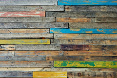 Μονάδες σύστασης, πολύχρωμο ξύλινο φράκτης ή πάτωμα που διαμορφώνονται από το ξύλο, που χρωματίζεται στα εύθυμα χρώματα Στοκ Φωτογραφία