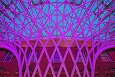 Μοναδική δομή στη συμβολή ποταμών του διαγώνιου σιδηροδρομικού σταθμού βασιλιάδων του Λονδίνου ενάντια στο καφετί κτήριο τούβλου Στοκ φωτογραφίες με δικαίωμα ελεύθερης χρήσης