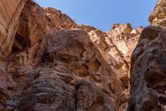 Μοναδικοί ζωηρόχρωμοι σχηματισμοί βράχου στη nabatean πόλη της Petra στην Ιορδανία Στοκ εικόνα με δικαίωμα ελεύθερης χρήσης