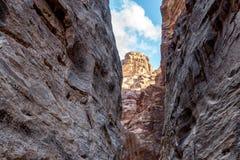 Μοναδικοί ζωηρόχρωμοι σχηματισμοί βράχου στη nabatean πόλη της Petra στην Ιορδανία Στοκ Εικόνες