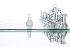Μοναξιά σκακιού ενέχυρων που μάχεται, επιτυχία στρατηγικής επιχειρηματικών σχεδίων Στοκ φωτογραφία με δικαίωμα ελεύθερης χρήσης