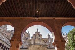 Μοναστήρι μοναστηριών του Guadalupe από το ανοικτό arcade Mudejar αψίδες de Στοκ Εικόνα