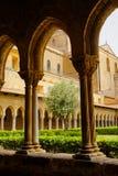 Μοναστήρι του Benedictine μοναστηριού στον καθεδρικό ναό Monreale στη Σικελία Γενικές άποψη και λεπτομέρειες των στηλών και των κ Στοκ Εικόνα
