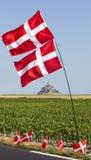 Μοναστήρι του Saint-Michel Mont και νορβηγικές σημαίες Στοκ Φωτογραφία
