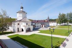 Μοναστήρι Cvyatouspensky εδαφών στην πόλη Staritsa, Ρωσία Στοκ φωτογραφία με δικαίωμα ελεύθερης χρήσης