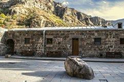Μοναστήρι Geghard της Αρμενίας με την ιερή πέτρα και των πάγκων για τους προσκυνητές κοντά στο δωμάτιο για τους ιερείς στοκ φωτογραφίες με δικαίωμα ελεύθερης χρήσης