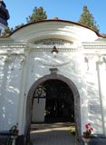 Μοναστήρι hodos-Bodrog - είσοδος μέσα στο προαύλιο του μοναστηριού Στοκ Φωτογραφία