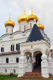 Μοναστήρι Ipatevsky σε Kostroma, Ρωσία η μπαρόκ εκκλησία batashev αρχιτεκτόνων κλασσική συνδυάζει gus χαρακτηριστικών γνωρισμάτων Στοκ Εικόνες