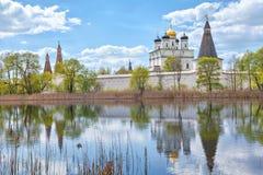 Μοναστήρι Joseph-Volokolamsk που απεικονίζει στη λίμνη Στοκ Εικόνες