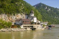 Μοναστήρι Mraconia στις όχθεις του ποταμού Δούναβη στοκ εικόνες