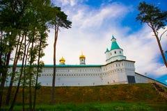 μοναστήρι novospassky Νέο μοναστήρι του λυτρωτή Τοίχος φρουρίων ενάντια στον ουρανό βραδιού Ρωσία Istra Στοκ Φωτογραφία