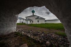 μοναστήρι s ατόμων εκκλησιών αψίδων κάτω Στοκ φωτογραφία με δικαίωμα ελεύθερης χρήσης